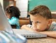Ecole primaire - enfant devant écran, enseignement